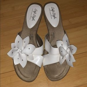 Soft Style open toed shoes